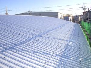新しい屋根材を葺いていきます