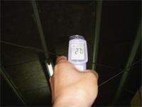 【アフター】 赤外線放射温度計で屋根裏の温度を測定。