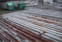 【ビフォー】 施工前の屋根はプレハブの屋根でキーストンプレートです。