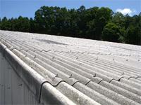 【ビフォー】 施工前はスレート屋根でした。