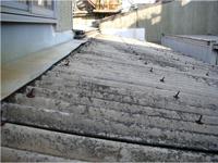 【ビフォー】 休憩室の屋根はスレートでした。