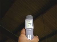 赤外線放射温度計で施工前の屋根を下から測ったところ54℃と表示されました。