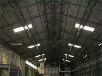 工場内部です。雨漏り個所の床には桶が置かれていました。