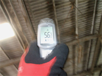 【ビフォー】 施工前の屋根裏温度を測定。56℃でした。