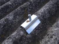 既存の屋根を剥がさずに施工する、カバー工法のZeroD-Roof専用金具を取り付けます