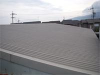 もう一方の棟ではスレートの上にトタン屋根(やまなみ)が葺いてありました
