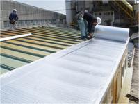 既存の大屋根の瓦棒の上にリフレクティックス(遮熱材)を張ります。