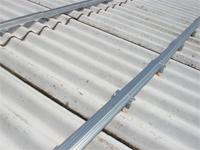 左の金物に、新しい屋根を取り付けるための金属垂木を取り付けます。