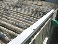 休憩室部分の既存のスレート屋根にZero-D専用金具を取り付けます。