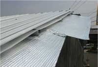 リフレクティックスを張り、新しい屋根材を上から葺きます。