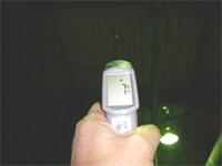 施工前の屋根裏温度を測定。