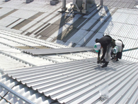既存の屋根の上に、新しい屋根材を葺いていきます。