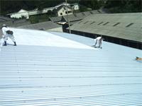 新しい屋根材を葺きます。