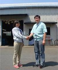 工事後、オーナー様と現場を管理をしていた新入社員の武藤が挨拶を交わしました。