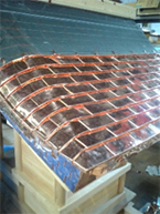 (4)軒先、破風部分を完成させ次に5cm×15cmの銅版を組合せて張っていきます。