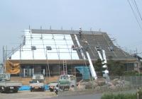 (2)屋根材のロックルーフを下から上に引き渡します。