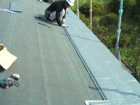 既設屋根の上からルーフィングを敷き、屋根材を葺いていきます。