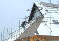 (6)弊社専務が一人で屋根を張っています。