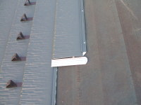 屋根材と屋根材のつなぎです。