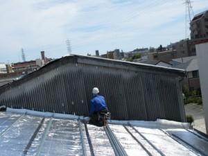一部棟違いの箇所があり、そちらの壁にも遮熱工法で施工しました。 壁はスレート小波でした