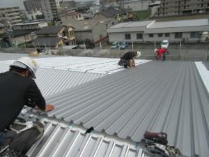 屋根の重ね葺きをしている様子です