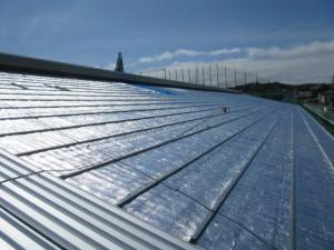 遮熱材施工後新しい屋根を葺いていきます
