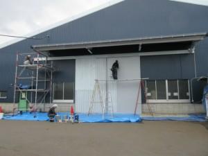 工場の正面にある鉄扉は塗装仕上げをしました