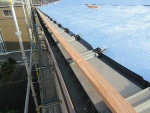 既存屋根に下地をし遮熱材を敷いていきます