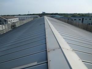 既存はハゼ式の金属製折板屋根でした