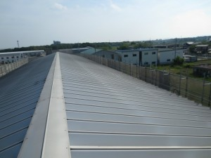 既存屋根ハゼ式の金属製折板屋根の写真です