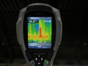 施工前の屋根裏面温度は46.8℃でした