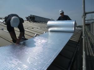 遮熱材リフレクティックスの施工、照り返しがすごくギラギラしています