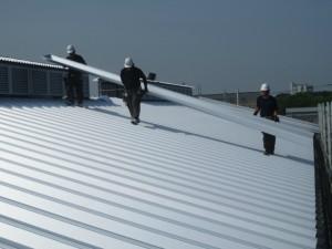 屋根材が長いため3人の職人で運びます