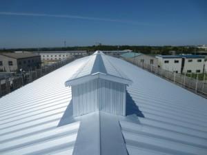 越屋根を3箇所設けた写真です。工場内の熱を外部へ放出します