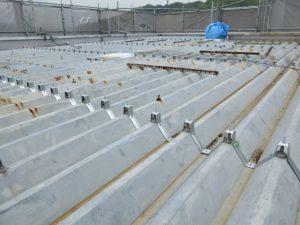 既設の屋根材と同形状のタイトフレーム(下地材)を取り付けました