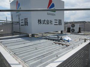 施工前、屋根には看板が設置されており、屋根を貫通した鉄骨柱の周辺から雨水が浸入していました