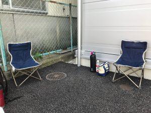お昼休憩、工事部は椅子を持参します