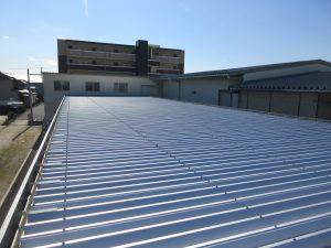既存は金属製折板屋根でした