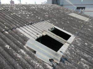 屋根明かり採り部分が破損した写真です