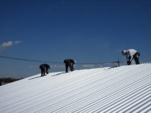 屋根を葺いている写真です