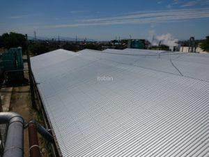 やまなみガルバリウム鋼板で重ね葺きしました、屋根の形状はのこぎり屋根です