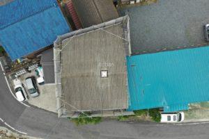 ドローンを使用し上空から施工前の屋根を撮影しました
