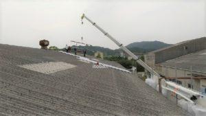 レッカーを使い屋根材を荷上げします