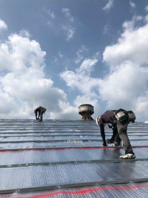 遮熱材リフレクティックスを敷き金属垂木を施工します