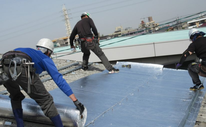 [ブログ]ダンボール製作工場の屋根、暑さ対策工事中