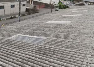 工場の屋根。スレート屋根です。明り採りは熱が入ってきやすいので暑さ対策としては、塞いだ方がいいです。