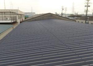 工場の屋根。折板屋根です。